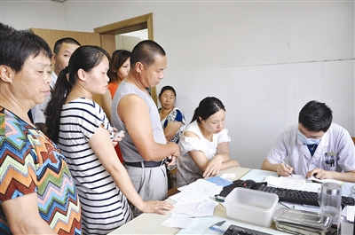 目.但走进东亭医院急诊科,看到的却是一片忙碌景象:医生诊疗室