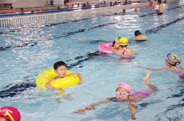 幼儿园小朋友在游泳池戏水图片